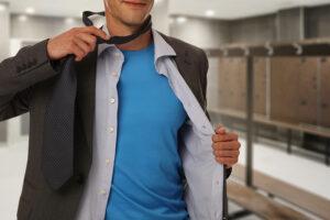 Mann im Umkleideraum
